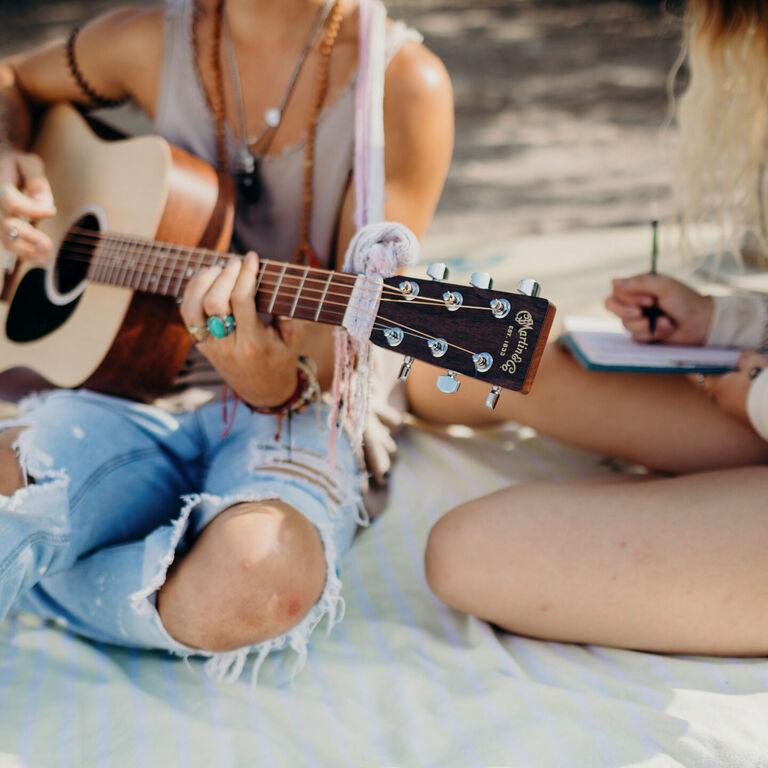 Contour guitar pick